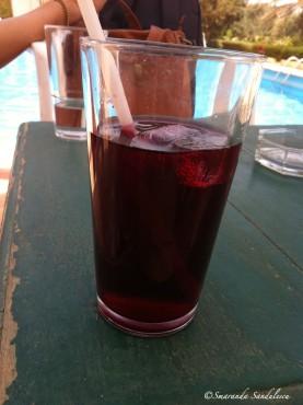 Un verre de bissap dans le jardin d' Institut Français de Dakar